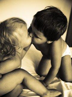 Стильная монохромная картинка с целующимися детишками