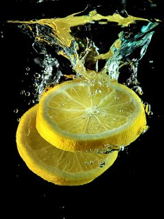 Свежие фрукты в воде, контрастная картинка для твоего мобильника